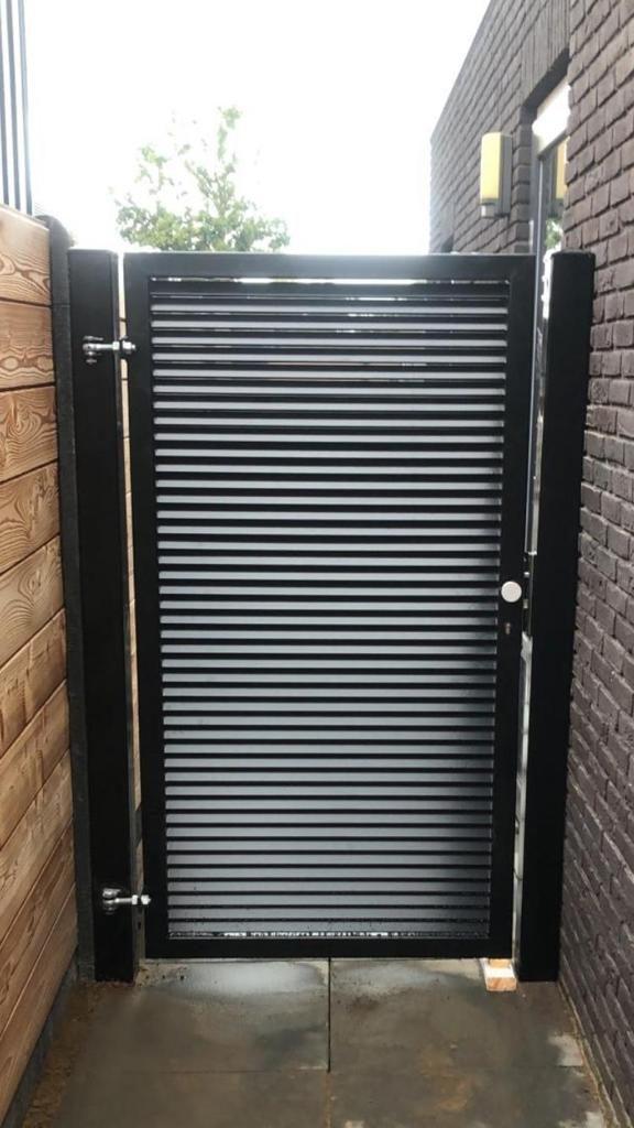 Door gebruik te maken van 180 graden scharnieren heeft deze poort een minimale doorkijk.
