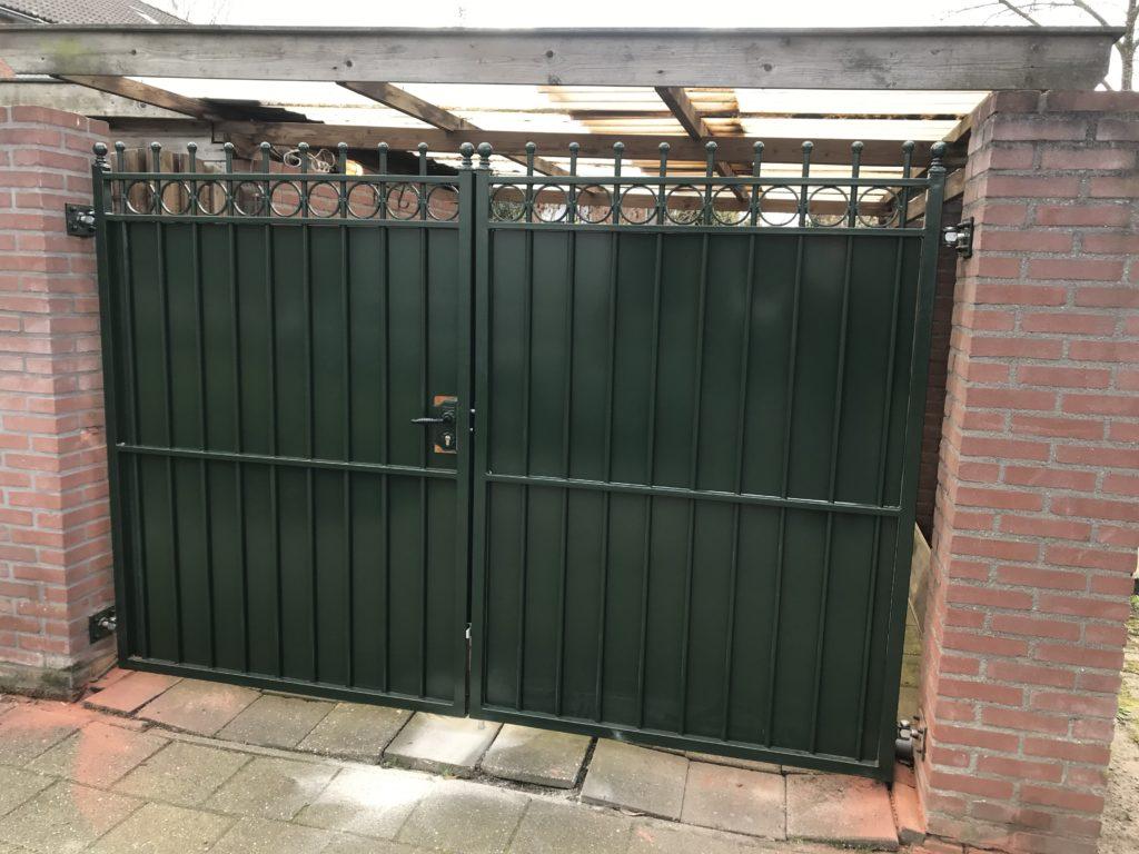 Deze dichte poort bied u privacy . uw tuin / oprit wordt afgesloten op een sierlijke manier.
